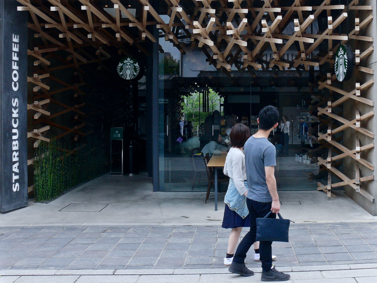 Reedit Photos(iMac) : Starbacks coffee Dazaifutenmangu Omotesando, Fukuoka prefecture. 35mm A Frame Within A Frame Architecture Built Structure Couple Discover Kyushu, Japan Futari Kuma Kengo LEICA V-LUX1 May 2015 On The Street One Shot Story Project. Sidewalk Starbacks Coffee Streetphoto_color Streetphotography Timberwork Walking Around The City  Wooden Frame ふたり 太宰府天満宮 福岡県 表参道 隈研吾