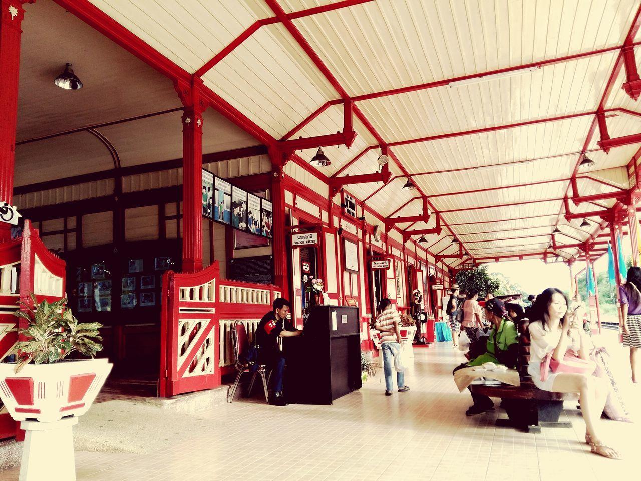 การรอคอยและการเดินทาง..at train station