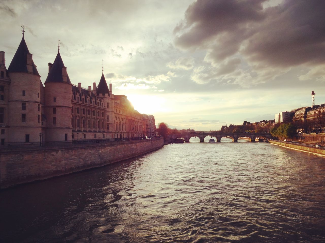 Paris Water Seine Oldbuilding Conciergerie Architecture Citylife Oldbuildings Laseine Sunset Sunset_collection Chasinglight Chasing Light Showcase April