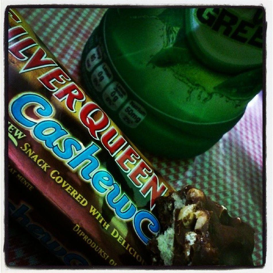 Silverqueen Cashewcrunch Chocolate Favouritesnack lovelife happy .. Tinggal satu ini aja.. *besog puasa lagi..