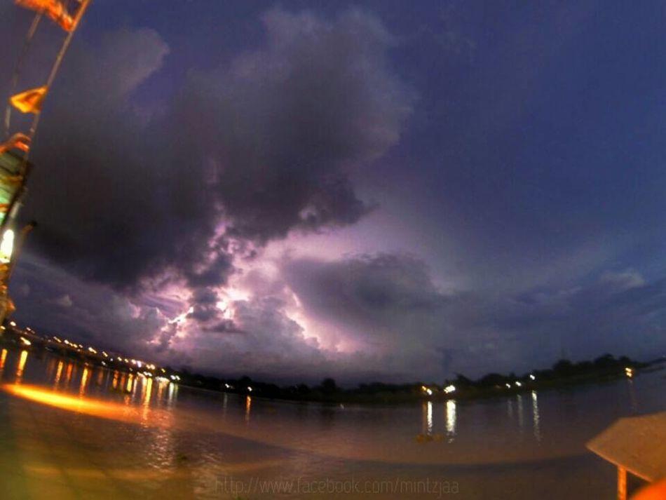 ให้ทายว่ารัวไปกี่ช็อตกว่าจะได้ภาพนี้ ^^ Thunder And Lightning Goprohero3 Nightphotography EyeEm Best Shots
