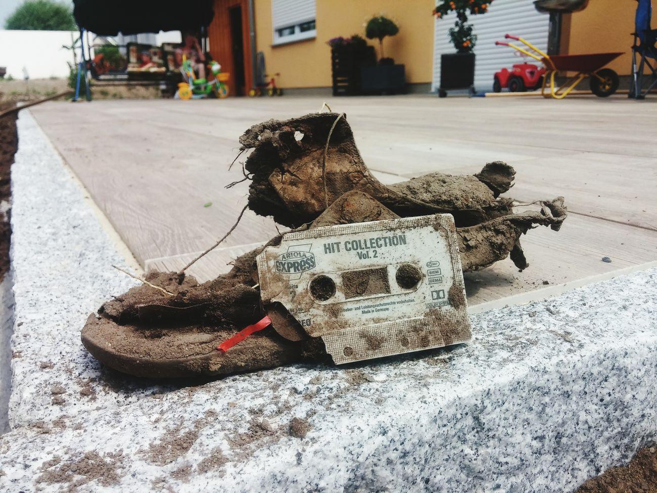 Vermisst jemand einen Schuh (Größe unbekannt) und diese Kassette? Derhaufenmussweg Dinge