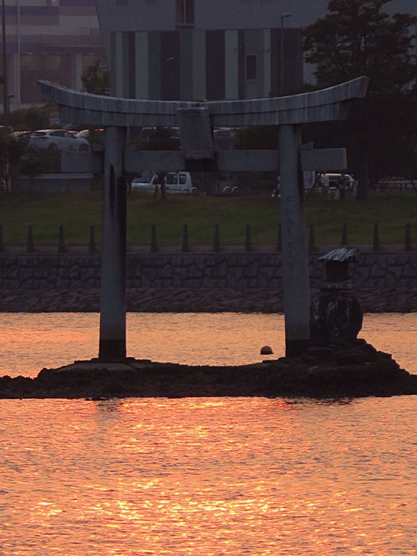 Enjoying The Sun Sunshine Relaxing TORII Toriii(: Torii Gate Torii Gates Sea Seascape Sunshine ☀