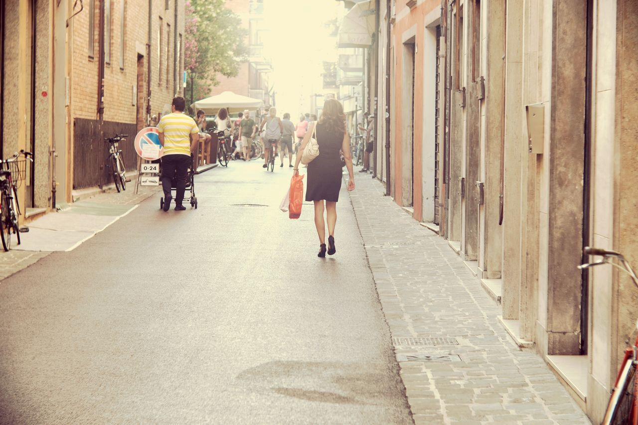 architecture, building exterior, built structure, real people, walking, city, men, full length, outdoors, women, day, people, adult