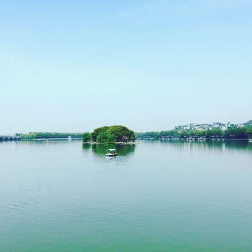 浪碧舟轻游客醉,江南处处是天堂。