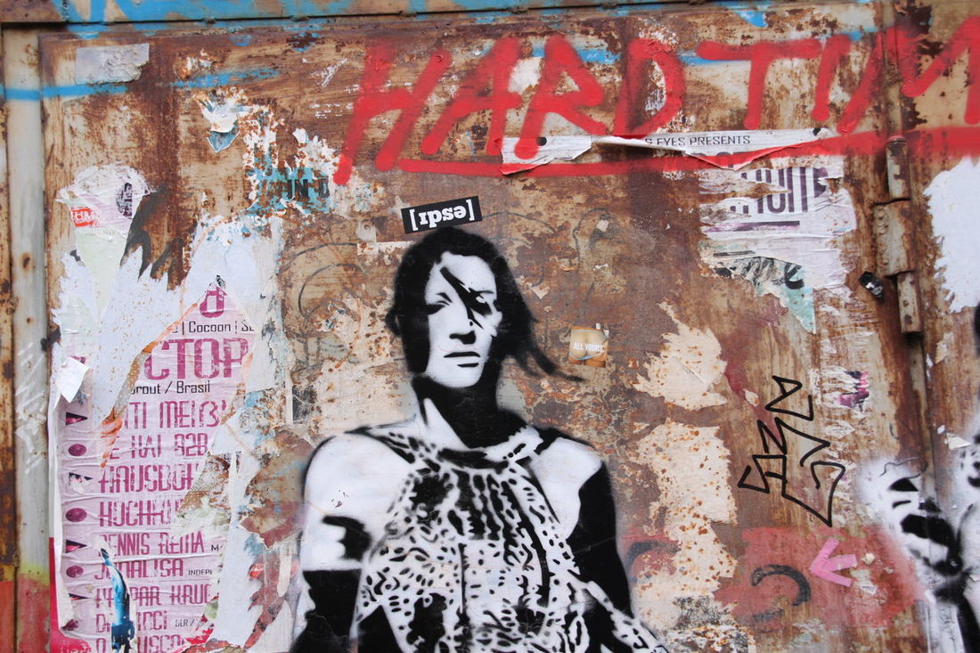 Abgerissen Art Art And Craft Beschmiert Creativity Graffiti Human Representation In Front Of Poster Red Schablone Sprayer Street Art Text Waist Up Water Western Script