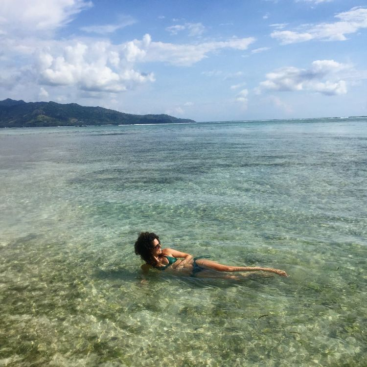 Beach Beachlife Clear Water Clear Water Beach Frau INDONESIA Meer Relax Relaxing Moments Sea Sea And Sky Sky And Clouds Strand Sun Sunset Urlaub Vacation Vacation Destination Woman Woman In Bikini Young Adult Young Woman Young Woman Smiling