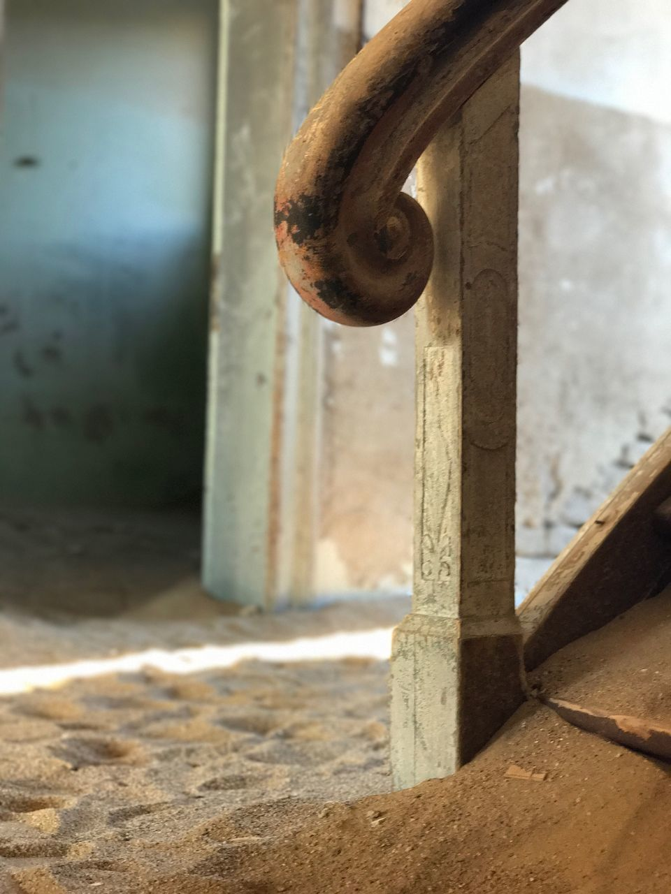 metal, close-up, no people, focus on foreground, day, rusty, outdoors, architecture