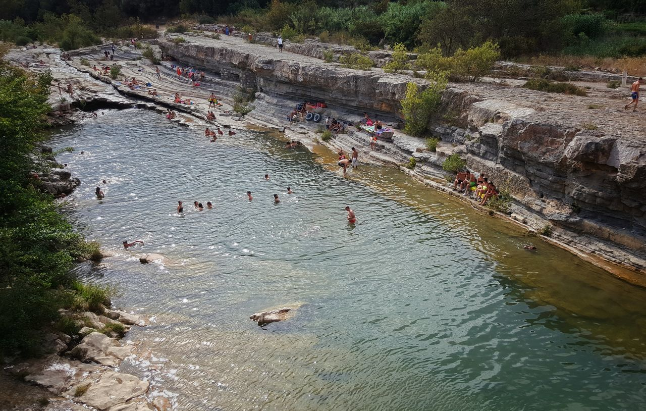 large group of people, real people, high angle view, water, leisure activity, outdoors, day, nature, lifestyles, men, vacations, river, adventure, women, weekend activities, rafting, beauty in nature, togetherness, swimming, people