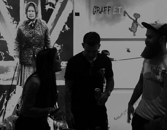 People Watching People And Art Black And White Black And White Photography Silhouette Art Gallery Art, Drawing, Creativity Hanging Out Taking Photos Check This Out Hi! Enjoying Life Relaxing Street Photography Urban Photography