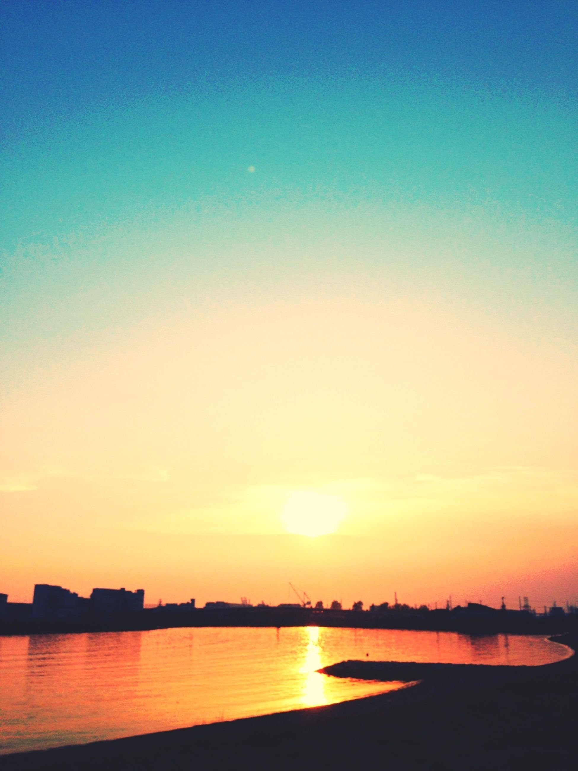sunset, sun, water, tranquil scene, scenics, tranquility, silhouette, beauty in nature, reflection, sea, orange color, waterfront, sunlight, sky, idyllic, nature, copy space, clear sky, sunbeam, lake