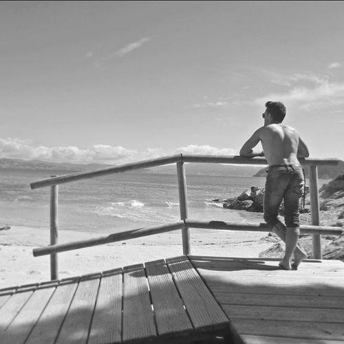La vida es tan incierta, que la felicidad debe aprovecharse en el momento en que se presenta. Ciesislands Galifornia Galiciancaribbean Rodasbeach Zen Paradise Blackandwhite Boy Islands Riasbaixas Cangas Vigo Freedom