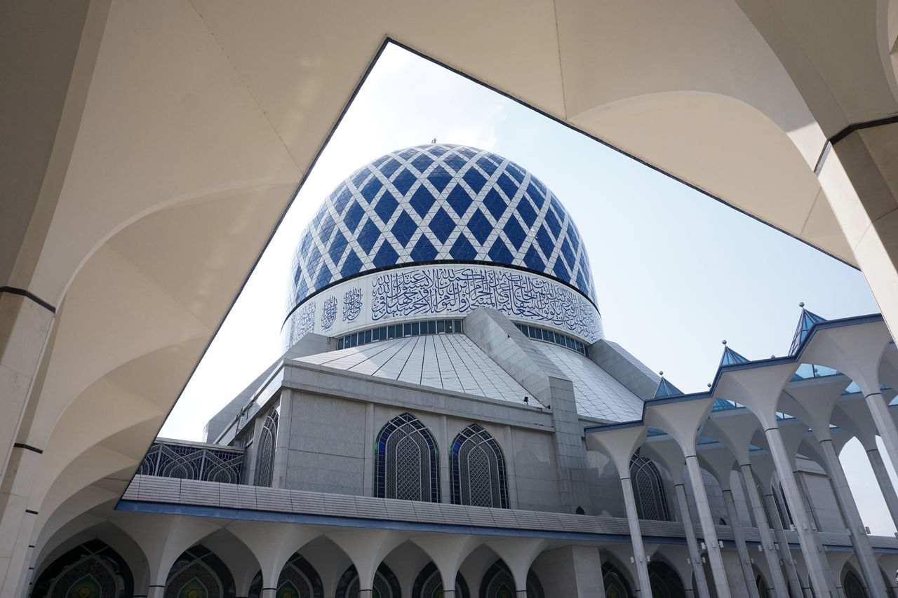 Sultan Salahuddin Abdul Aziz Mosque. Malaysia Largest Mosque Masjid Shah Alam Sultan Salahuddin Abdul Aziz Mosque Architecture Building Building And Sky Building Exterior Built Structure Day Islam Islamic Architecture Low Angle View Malaysia Mosque Mosque Architecture Muslim No People Prayer Shah Alam Mosque