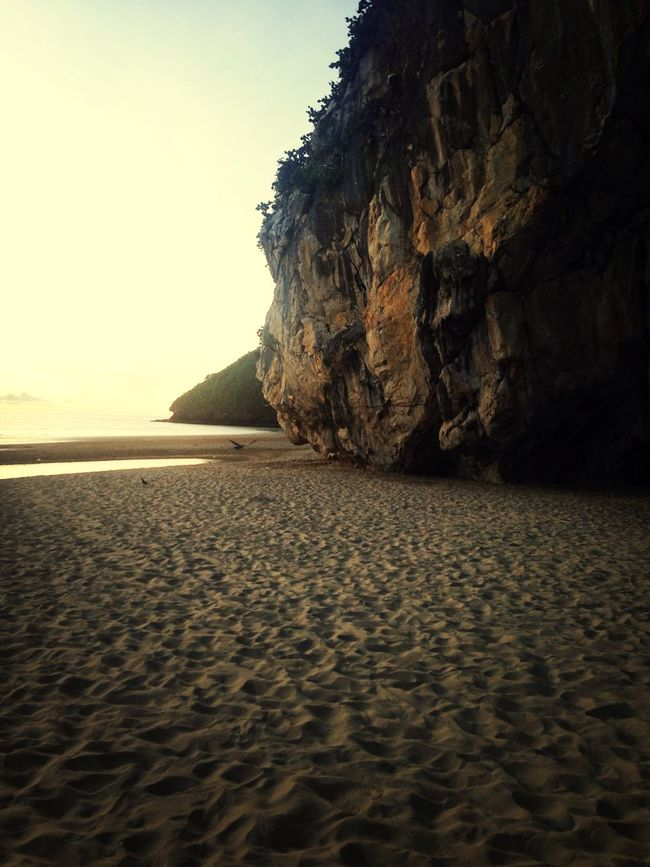 หาดทรายเเละโขดหิน