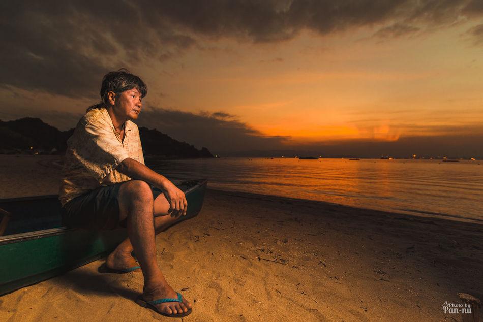 【週ごとに島へ渡る計画】 島というのは本当に独特の空気感がありますね。 近くにあるのに渡ってしまえばどこか旅先気分になれるので僕のようなタイプとしてはほんまに近くに島があって良かったなあと思うわけです。 そして写真映えするロケーションもてんこ盛り!w頻繁に通うことになりそうです^^ というわけで島人のしーくんに即席で写真のモデルになってもらいました。 ====カメラ設定カンペ=========== カメラ  nikon D800E レンズ  tamron 15-30 (30mm) 絞り   f/2.8 iso     200 ストロボ 写真右 4時方向から1灯。ラウンドフラッシュつけてます。 ====================== Beauty In Nature Casual Clothing Cloud - Sky D800e Idyllic Iland Leisure Activity Lifestyles Nature Nikon Outdoors Pan-nu Portrait Scenics Shore Sky Sunset Tranquil Scene Tranquility Vacations Water 白石島