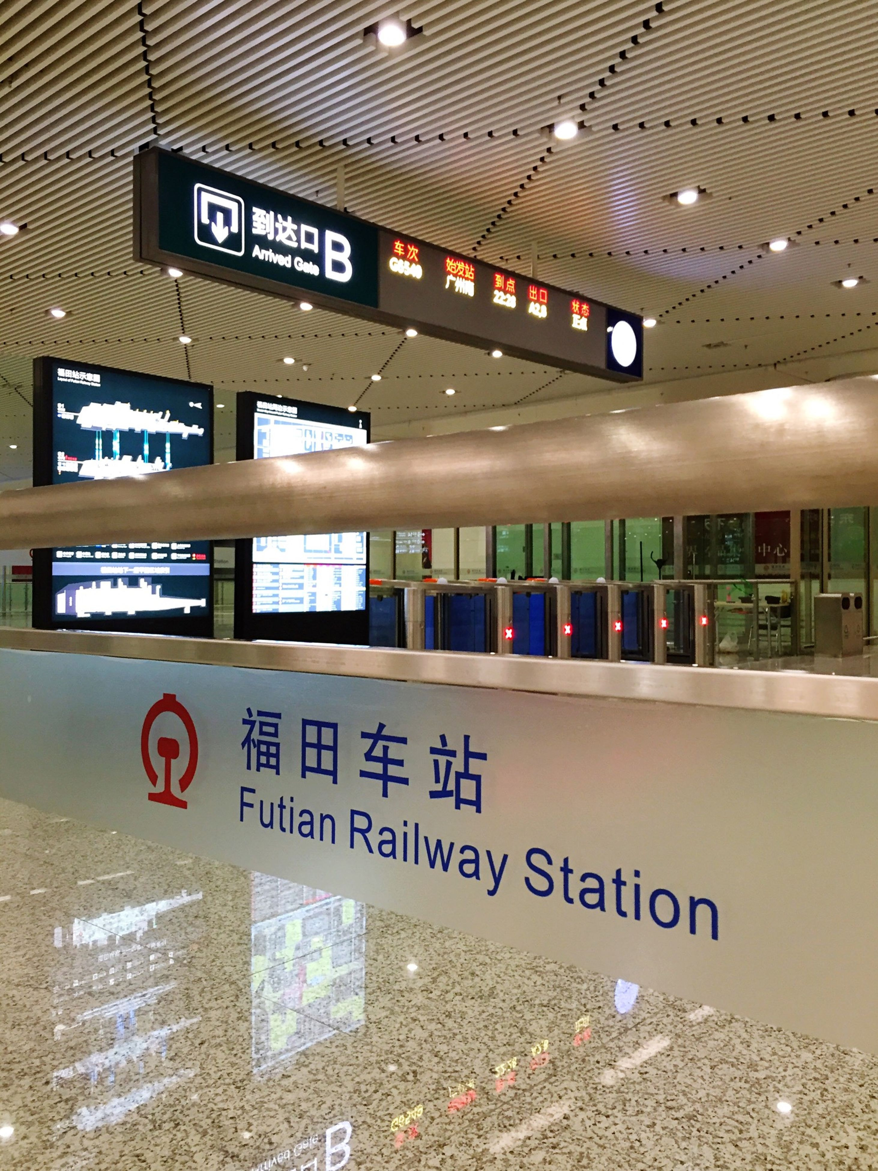 text, western script, communication, indoors, transportation, public transportation, information sign, railroad station, number, non-western script, rail transportation, train - vehicle, capital letter, travel, information, subway station, guidance, mode of transport, sign, railroad station platform