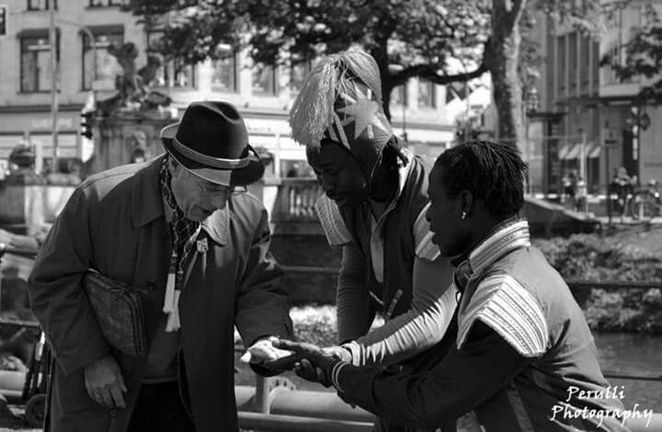 Taking Photos Enjoying Life Manolo Perulli Fotografie Shootermag Street Photography Everyday Joy Urban Life In Düsseldorf Random People Strangers