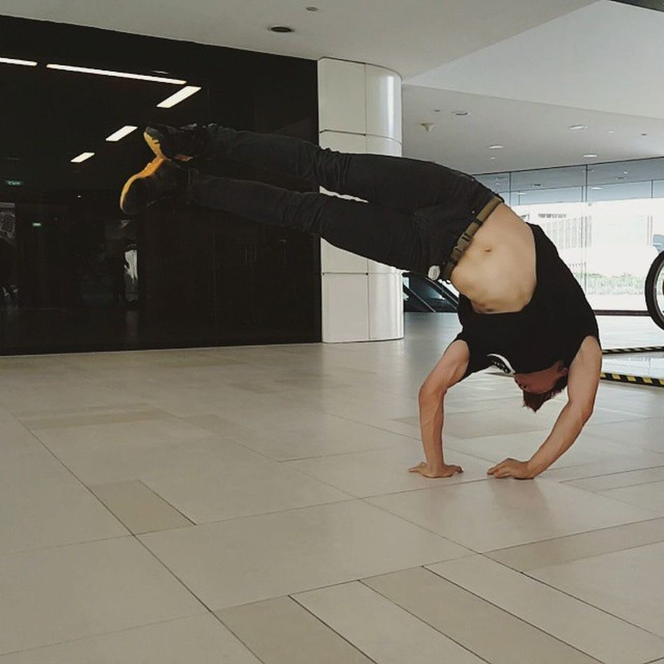 Flag all day everyday!😅 Pushing to get lower and lower, while holding it longer. Darkness inspired! BBOY Dance Flag Strength Strengthtraining Calisthenics Strengthproject Handstand  Inversion Powermoves Scape IGDaily Igsg Sgig Instadaily Picoftheday PicturePerfect 비보이 맞팔 데일리 Mightynomads Freeze Throwback Training