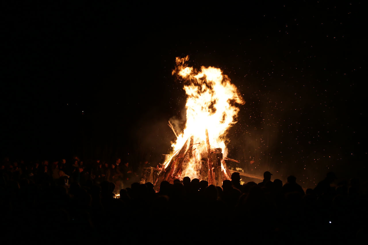 1701, Hamburg, Blankenese, easter fire Arts Culture And Entertainment Blankenese Crowd Easter Easter Fire Easter Saturday Elbe Fire Hamburg Large Group Of People Lifestyles Night Outdoors People Performance Togetherness