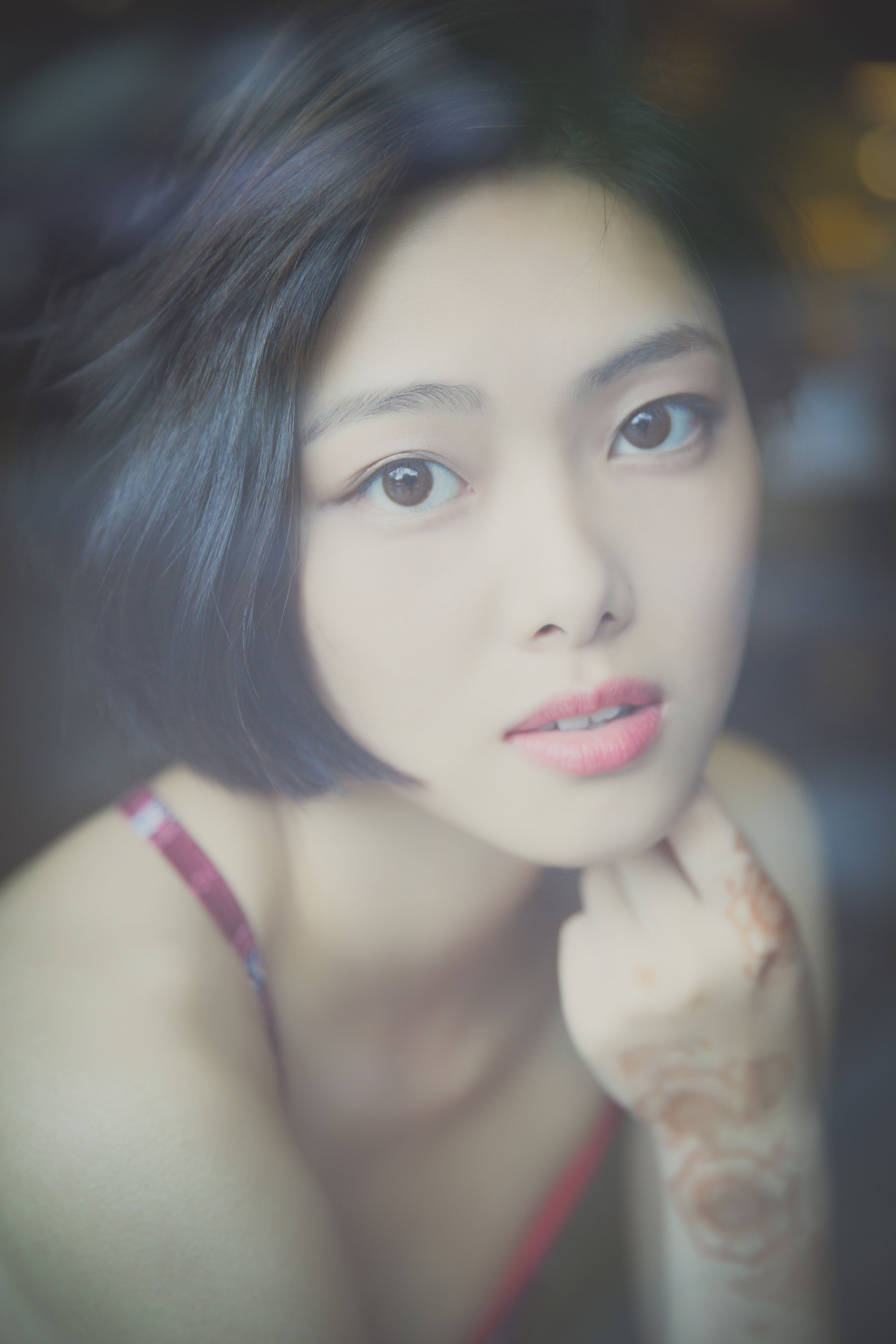 one person, beautiful woman, young adult, looking at camera, front view, headshot, portrait, close-up, focus on foreground, young women, beauty, indoors, real people, day, one young woman only, human lips, people