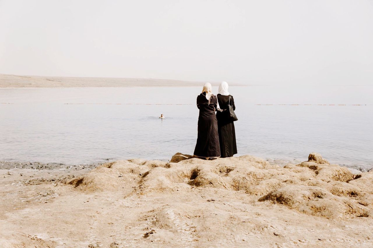 My Year My View Israel Totes Meer Dead Sea  Muslima Woman Frau Women Frauen Muslimisch Islam Islamische Arabisch Arabic Religion Schwimmen Baden Strand Two ladies that didn't go swimming in the Dead Sea