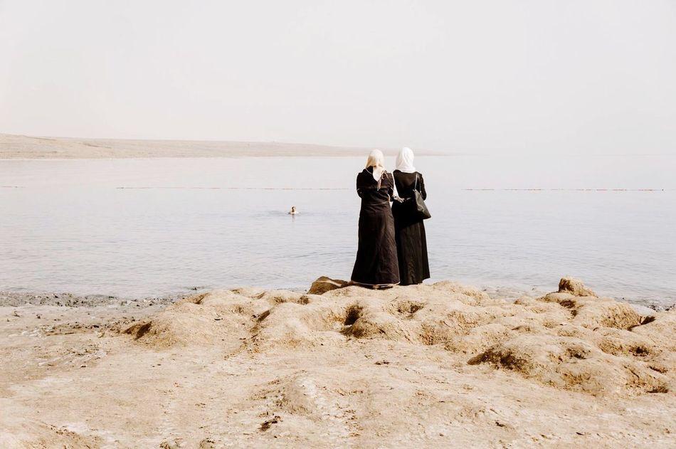 My Year My View Israel Totes Meer Dead Sea  Muslima Woman Frau Women Frauen Muslimisch Islam Islamische Arabisch Arabic Religion Schwimmen Baden Strand Two ladies that didn't go swimming in the Dead Sea