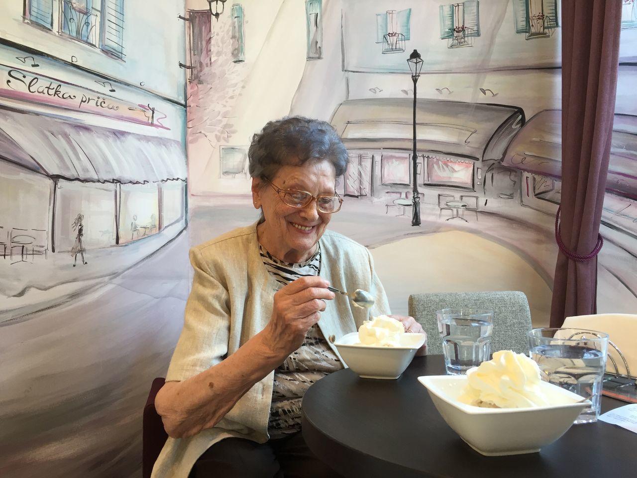 Beautiful stock photos of lächeln, sitting, senior adult, leisure activity, communication