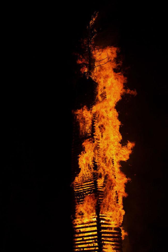 Dark Flame Funken Glowing Goodbye Winter, Welcome Spring Motion Night Tradition