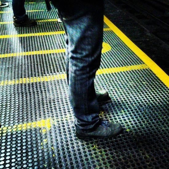 Favor mantenerse detrás de la raya amarilla Culturametro Streetphotovenezuela Streetphoto Igerscaracas Insta_ve Instavenezuela Venezuelaes Buenusuario MetroCaracas Metro