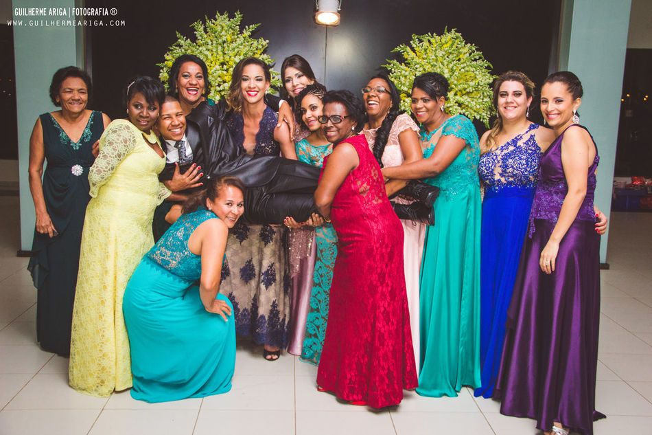 Noivo no meio da madrinhas !!! Uniao faz a força! !! Casamandaevinicius PhotoWedding SantaRita Espaconobre Guilhermearigafotografia