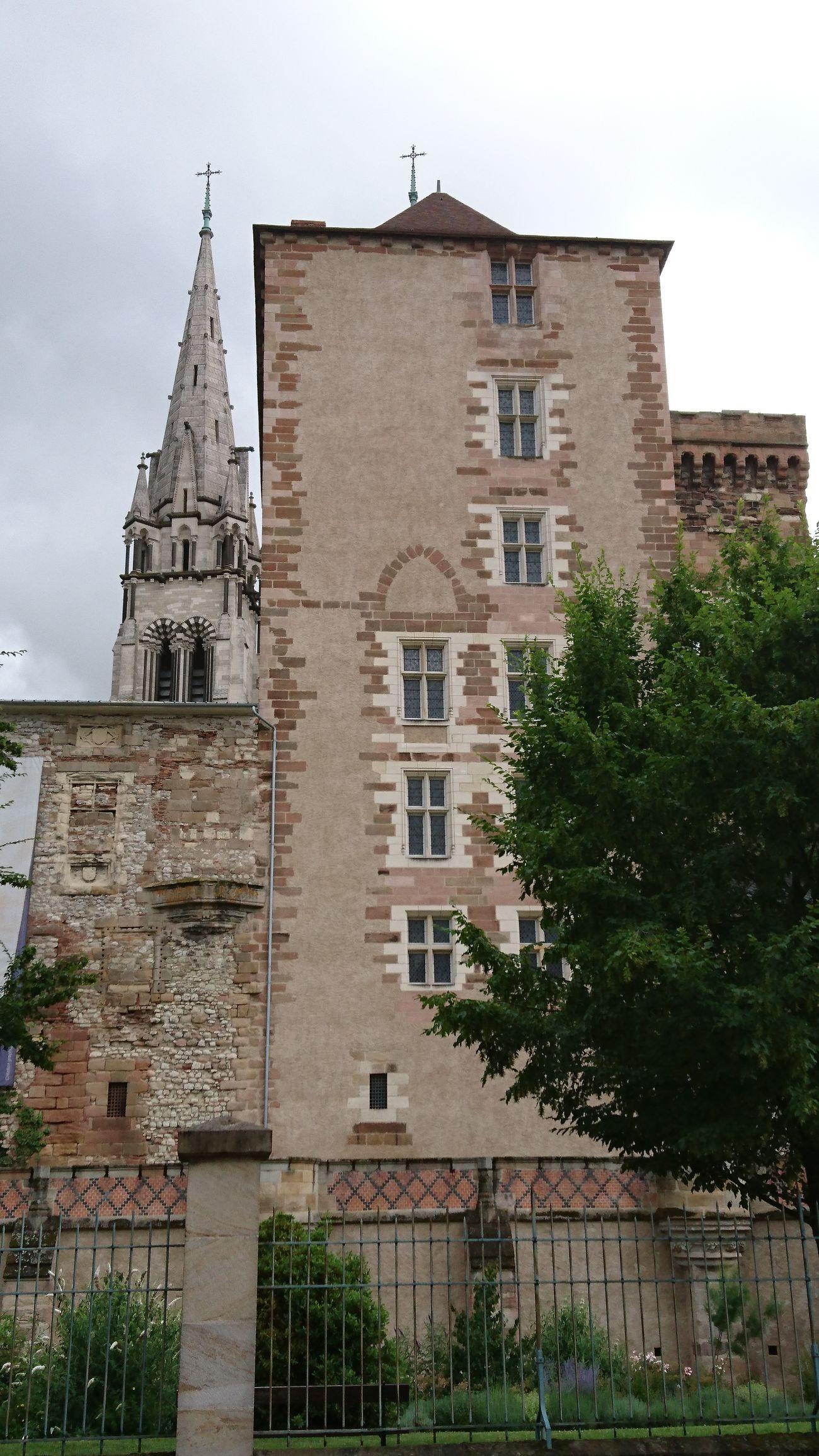 La Mal - Coiffée avec une des flèches de la cathédrale de Moulins