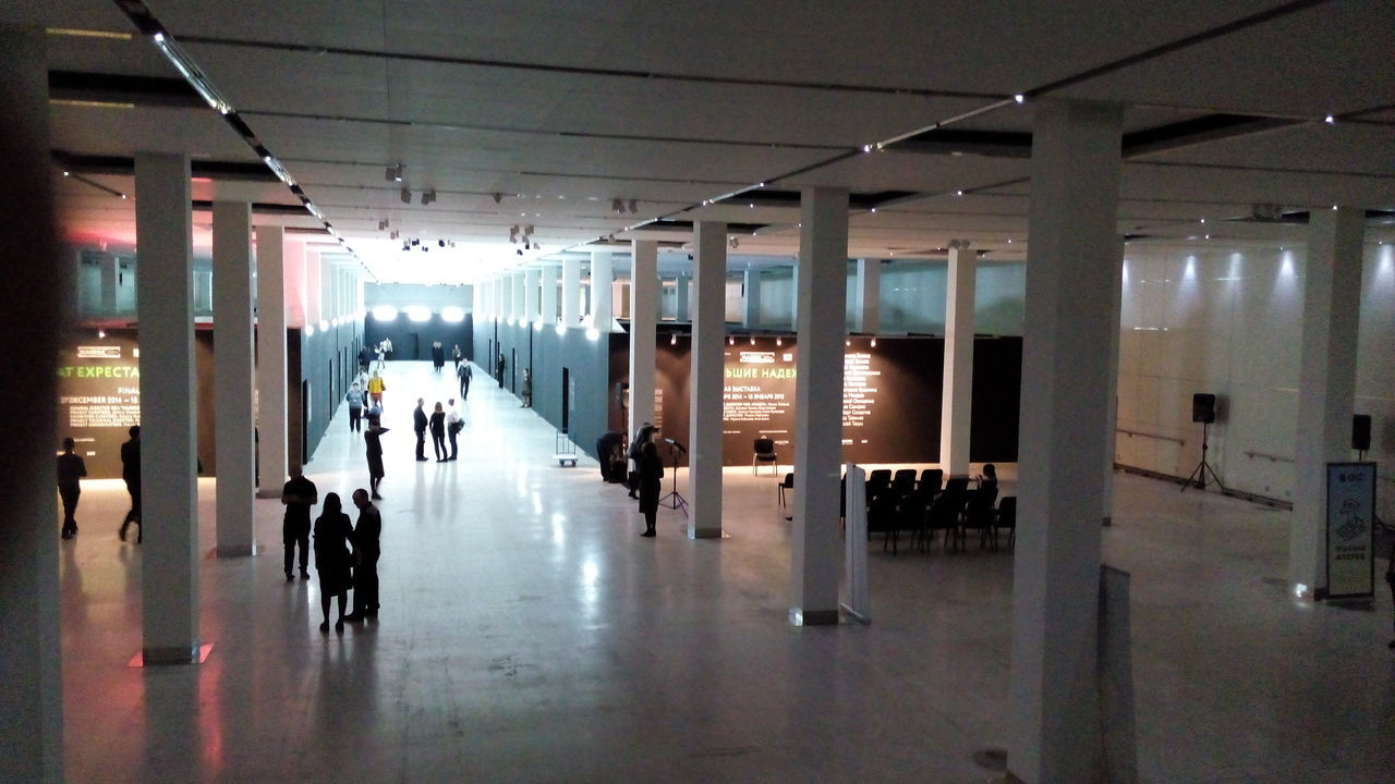 indoors, corridor, ceiling, illuminated, real people, men, women, architecture, built structure, large group of people, day, people