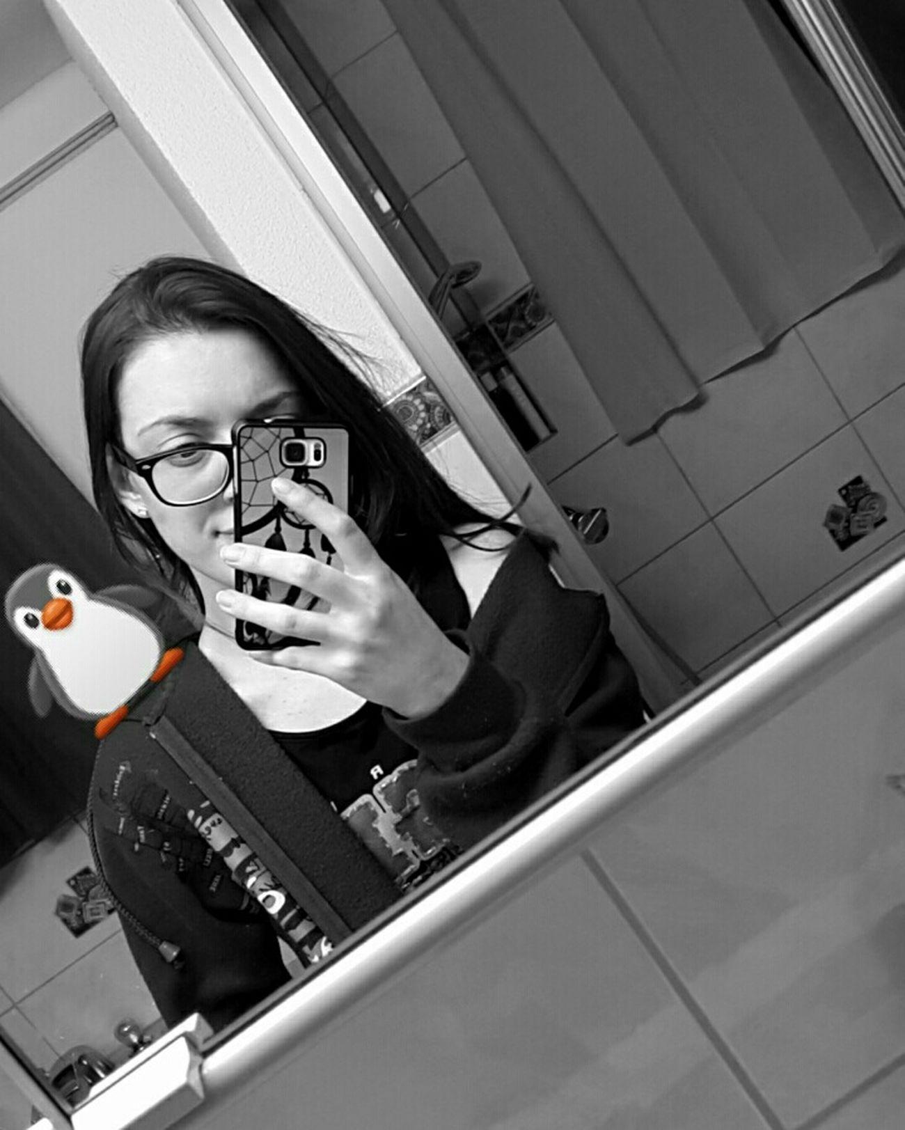 Es ist so schmerzhaft, wenn sich jemand gegen dich entscheidet. Snapchat Sad But True  Blackandwhite Run Away Shitty Day Taking Photos Penguin Just Smile  Close Mind Thoughts