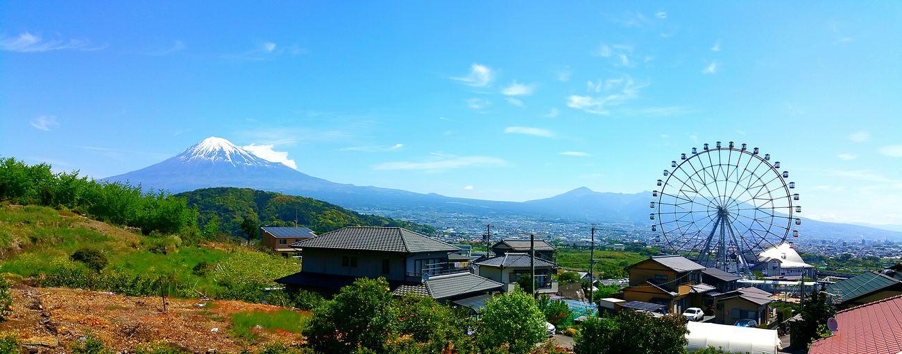 こんにちは。5月5日、子供の日。このGWで1番綺麗な青空と富士山になりました。皆さん、富士川SAへ、富士川楽座へ是非来てみて下さい。お洗濯物、いっぱい干せて幸せです。あっ、写真は我が家からの富士山とフジスカイビューです。カラフルなゴンドラが青空にとっても映えます。観覧車に乗らなくても、幸せな気分になれそうな春色の写真を撮れそうな気がします。 フジスカイビュー 富士川SA 富士川楽座 富士川観覧車 FujiSkyView Mt.Fuji 富士山 青空 Blue Sky みんなおいで! Hello World Sky 富士山も見えるよ