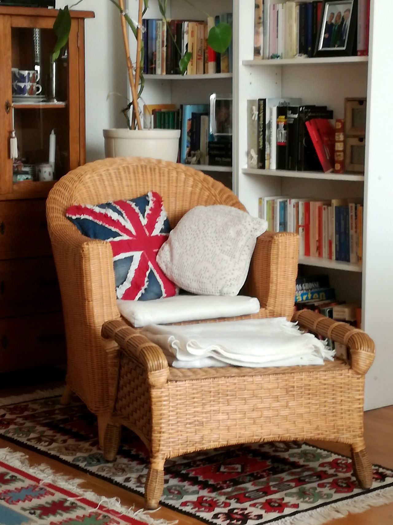 Urban life, Gwmuetlichkeit, home, seat, British Flag, room, flat, chair, city flat, corner, reading place, cocooning Indoors  No People Home Showcase Interior Relaxation Chair Bookshelf Armchair Home Interior Living Room Pillow Residential Building Neat Tidy Room Christmas Stocking Day