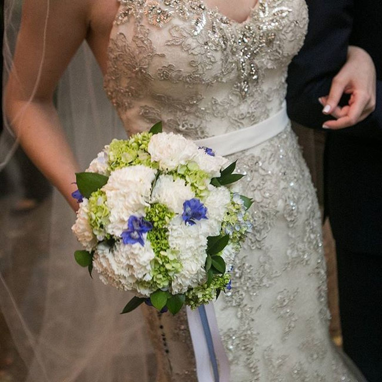 Bouquet lindo azul e branco com fitas......essa nossa noivinha tem um bom gosto viu?! Casamento em São Paulo. Weddingdecor Decoracaodecasamento Eventdesign Buquedenoiva Bouquet Weddingbouquet Buque Weddingdress Bridebouquet Wedding Weddingarrangement Hortênsias WeddingFlowers Flores Florist Casamento