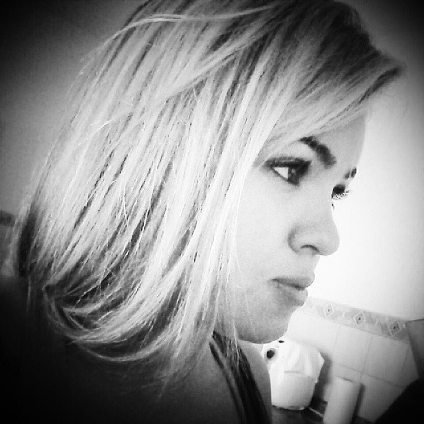 Quando eu me pergunto quem sou eu, sou o que pergunta ou o que não sabe a resposta? Soufeliz Amoavida Tenhováriaspaixões comoqualquerum Possuoimperfeições Se os caminhos desta vida Ainda não sei de cor, Pelo menos busco, A cada manhã, Tornar-me alguém melhor. BomDia