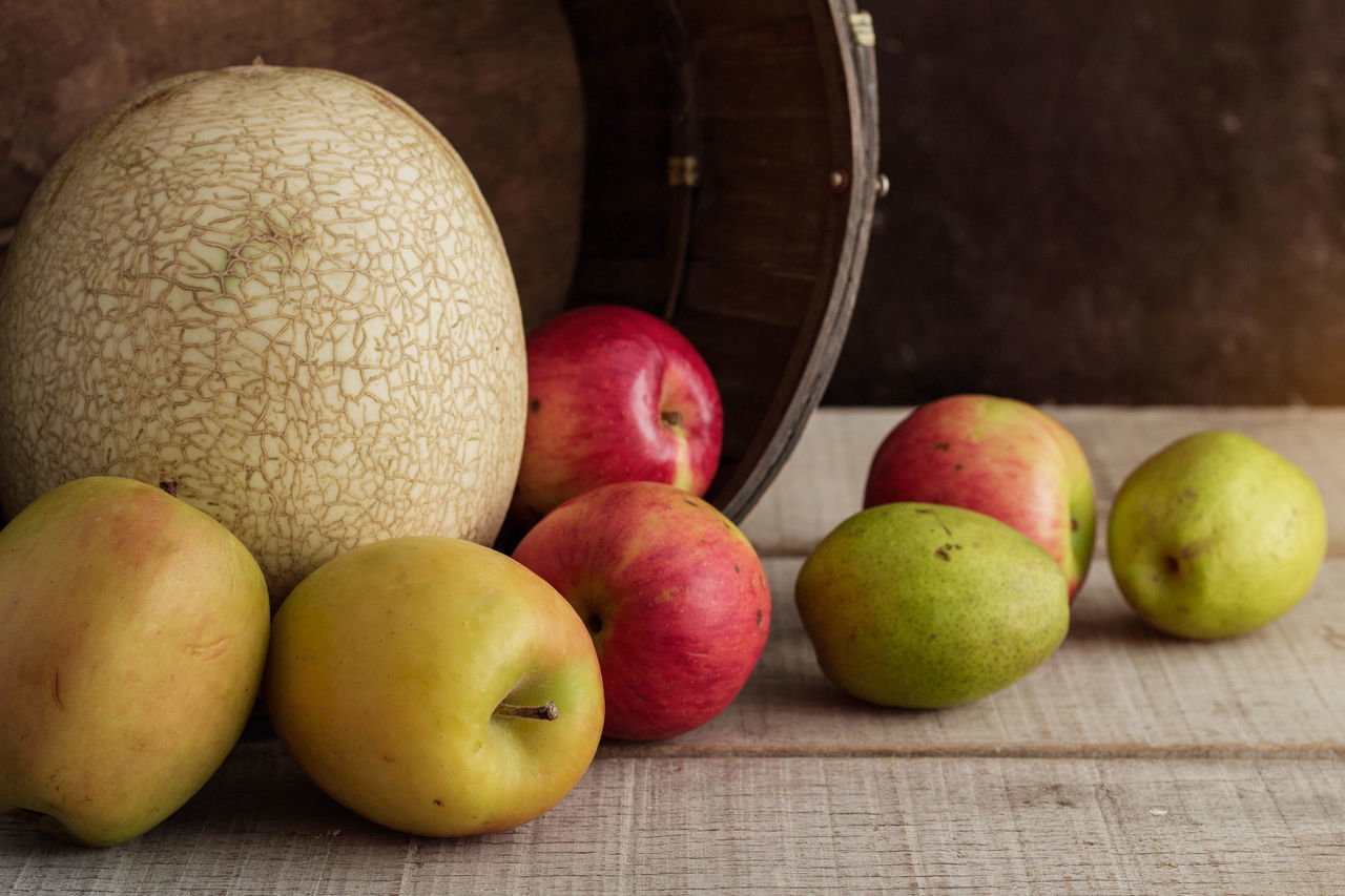 fruit, apple - fruit, food and drink, still life, healthy eating, table, food, freshness, pear, indoors, apple, no people, close-up, granny smith apple, red, day