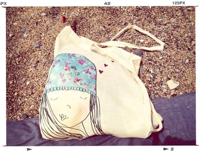 En La Playa Con Mi Bolsa De Maria Palet, Genial Ilustradora Y Mejor Persona.