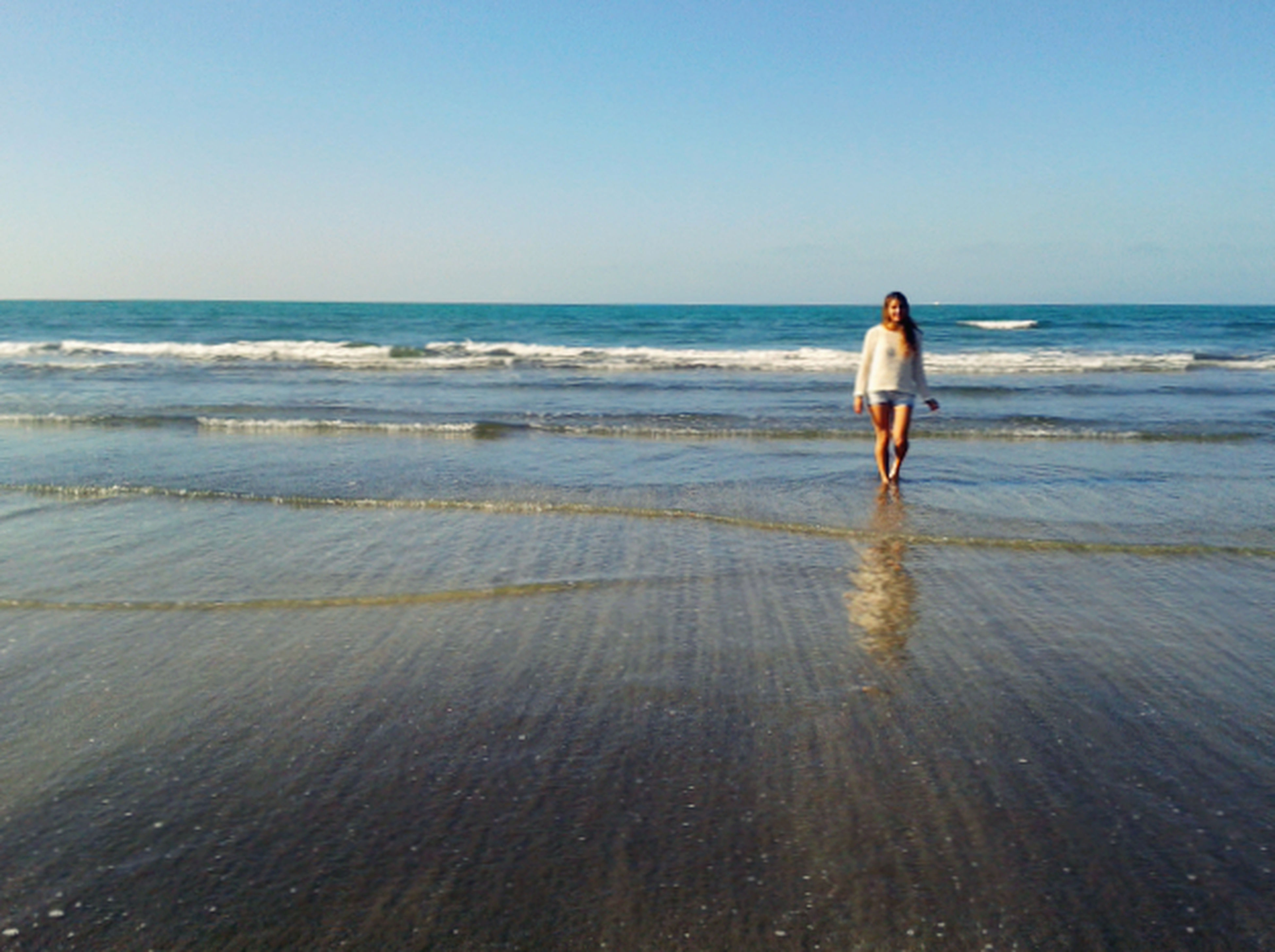 sea, horizon over water, water, beach, clear sky, shore, copy space, rear view, sand, wave, full length, walking, leisure activity, lifestyles, standing, nature, scenics, beauty in nature