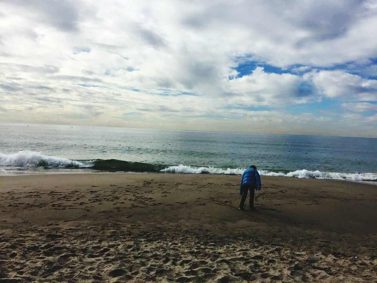 sea, beach, horizon over water, sky, sand, nature, one person, beauty in nature, water, cloud - sky, full length, rear view, scenics, tranquil scene, one man only, vacations, men, wave, standing, outdoors, day, real people, only men, adult, people, adults only