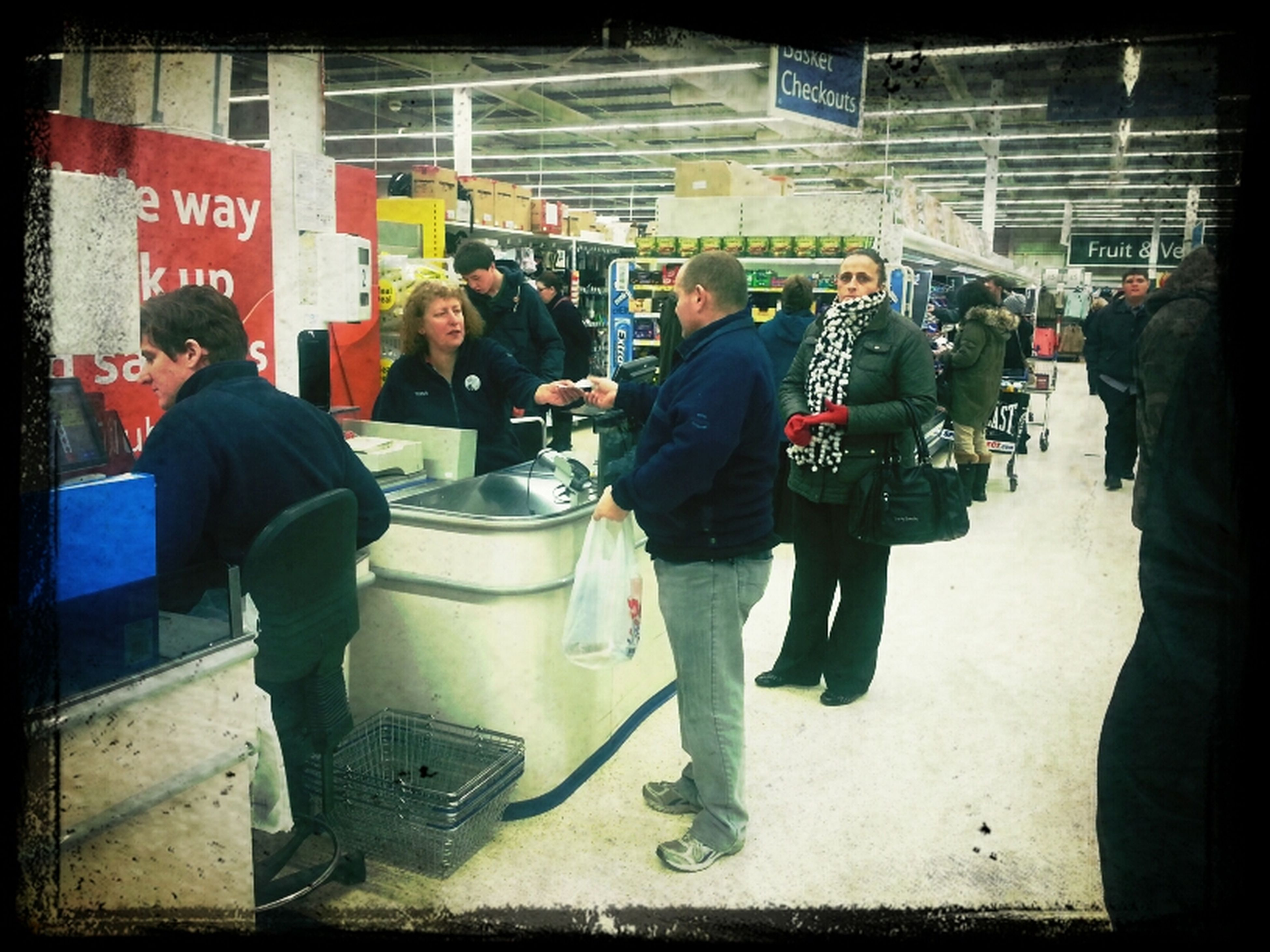 last known pic of Bennett actually buying something at tezzers in bev.
