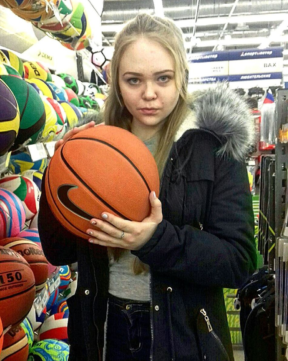 баскетбол мяч спортивнаяфотосессия спортивки Looking At Camera Portrait One Person Lifestyles Real People Only Women One Woman Only Sport Indoors  People Adults Only Adult Day