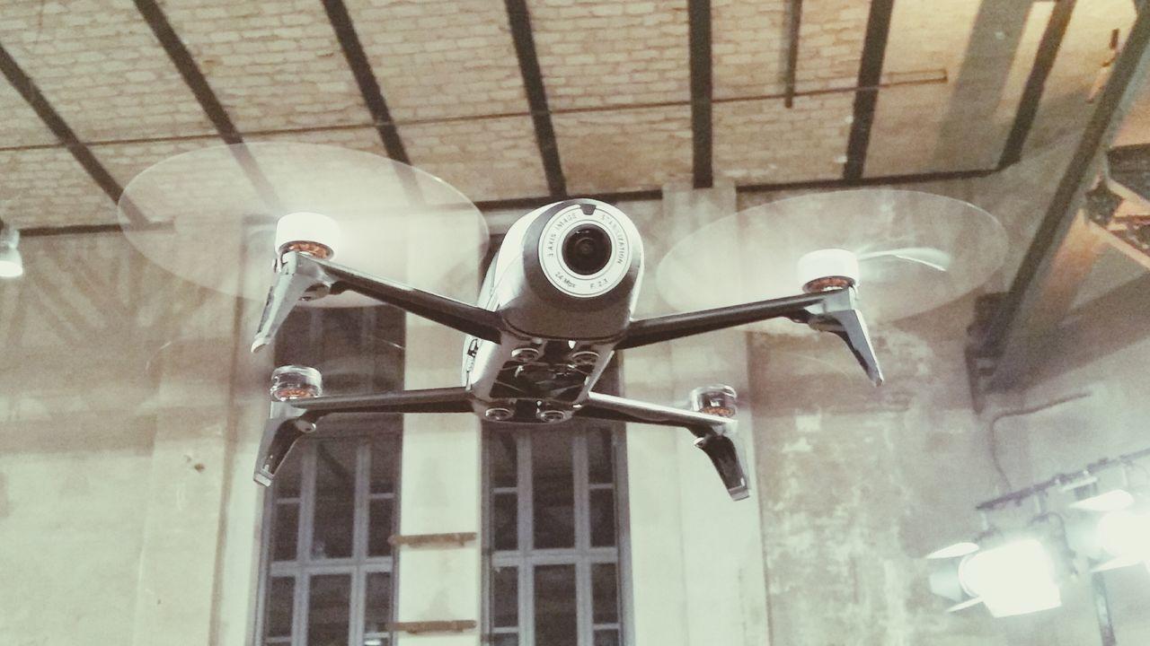 Erster Flugversuch der Parrot Drohne Bebop2 im Berliner E-Werk. Den Artikel und das Video findet ihr auf www. moobilux.com Berlin Open Edit E-werk Berlin