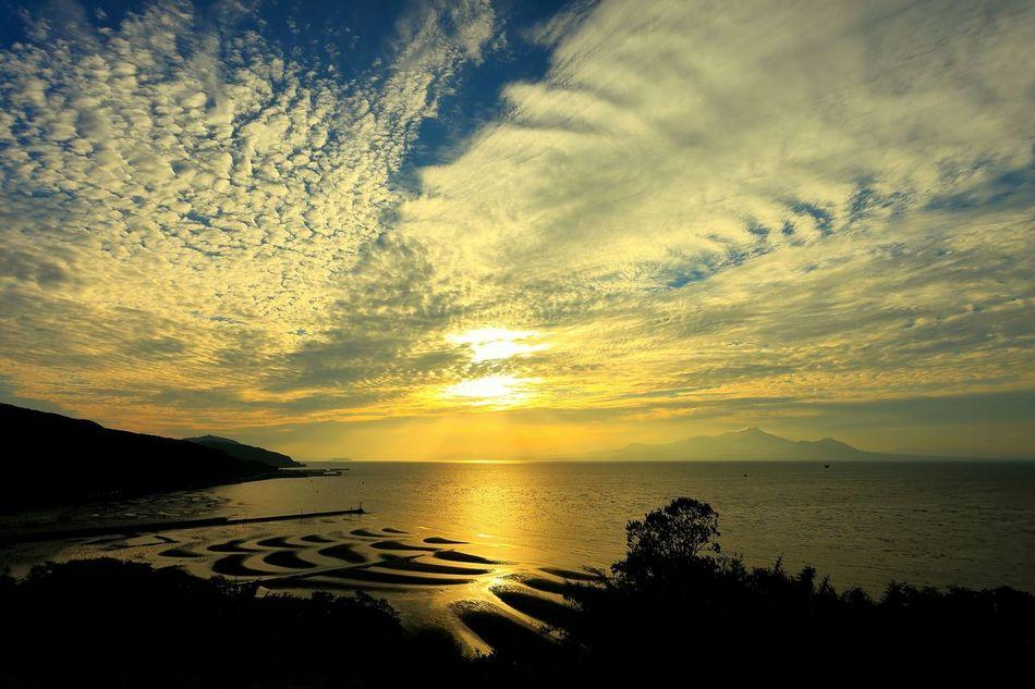 「御興来海岸(おこしきかいがん)干潟景勝の地」(*´︶`*)✿ 大潮、干潮、夕日の3条件が揃うと、類を見ない絶景となる場所からの撮影!(*'艸`) この日は、無計画で行ったにも関わらず、干潮と夕日の2条件が揃ってラッキー♪٩(๑>∀<๑)۶ Sea And Sky Sunset Seaside Sunset_collection EyeEm Best Shots - Sunset + Sunrise Tideland Tidelands Sky And Clouds EyeEm Best Shots - My Best Shot 思わず足を止めた景色♪(*´︶`*)✿