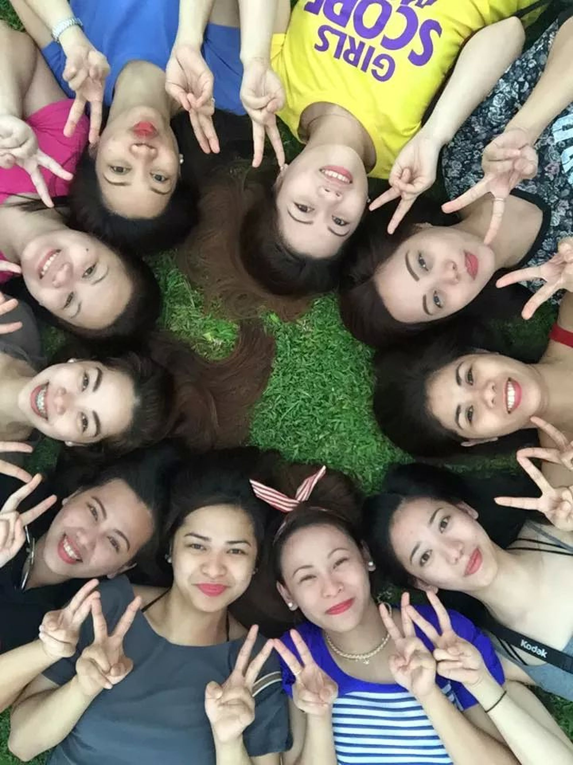 togetherness, childhood, bonding, indoors, happiness, person, lifestyles, smiling, leisure activity, love, girls, high angle view, family, fun, front view, sibling, friendship, cute
