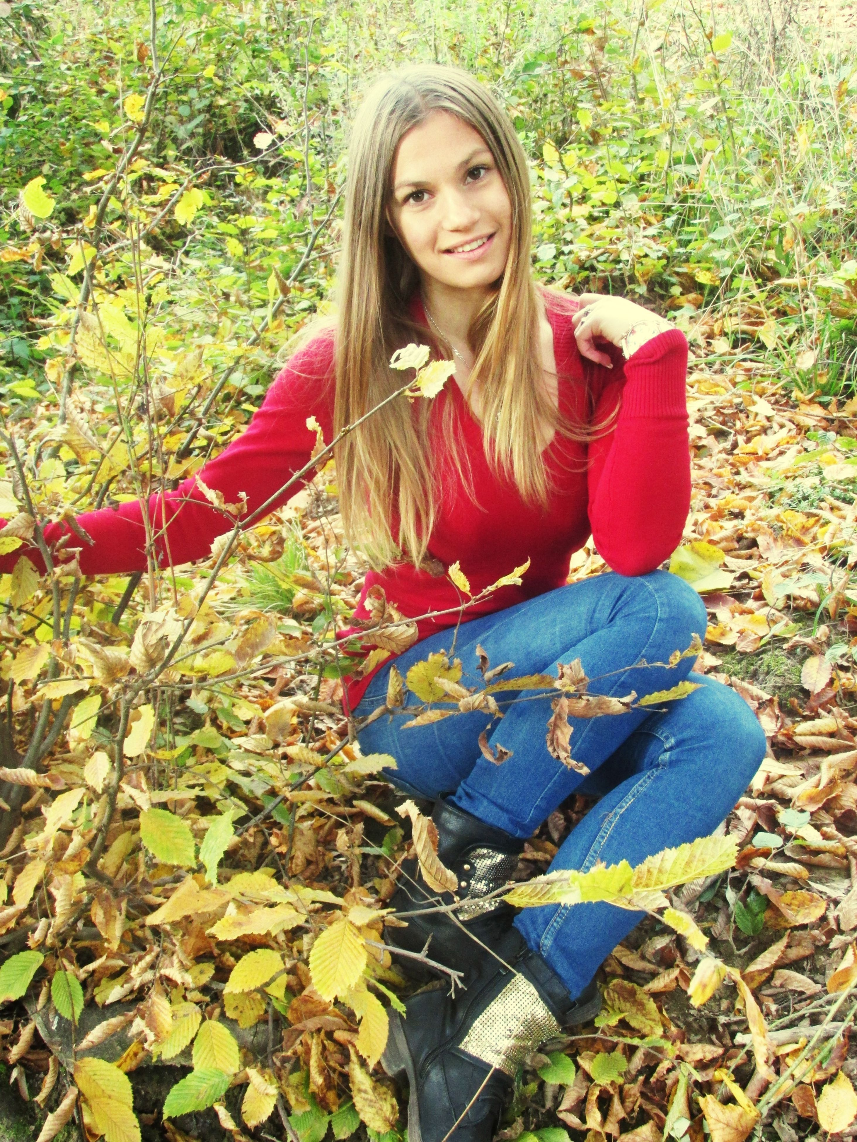 person, young adult, casual clothing, portrait, looking at camera, lifestyles, young women, leisure activity, smiling, front view, standing, long hair, three quarter length, full length, leaf, happiness, plant