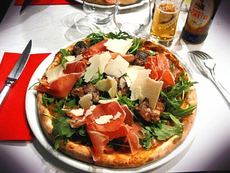 """Pizza Arlecchino Pizza vice-championne du monde (Un fond de chutney de figue, fines tranches de poire fraîche, mozzarella puis mise en place de foie gras """"Artzner"""" pané à la noix et poëlé, fleur de sel, chiffonnade de jambon cru, copeaux de parmigiano reggiano et tours de poivre) Regale Delice OHMYGOD"""