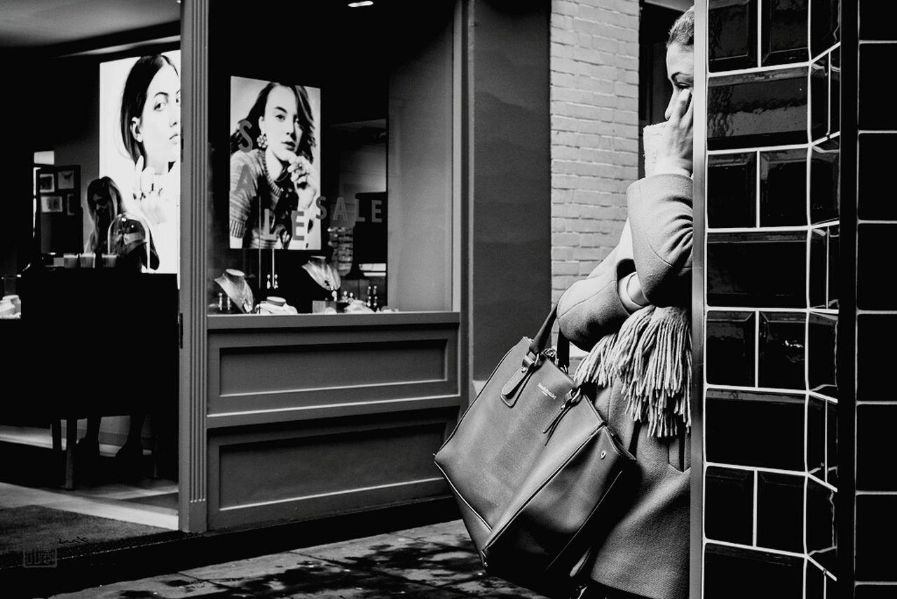 Woman talks on the phone outside a shop near Covent Garden, London. Photograph by Luis Paulo de Sá© - www.luispaulodesa.com Street Photography Fotografia De Rua London Londres