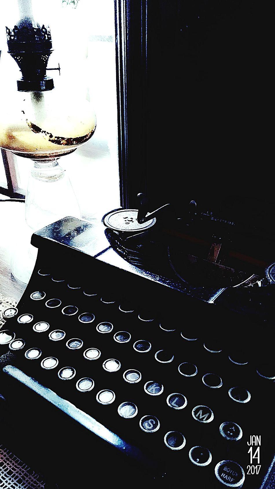 Hayat sürüyordu, daktilo vardı, kağıt vardı, onları görmek için göz vardı, onlara hayat verecek düşünceler vardı. Black Color Dark Typewriter Daktilo Eyemphotography Photographer First Eyeem Photo B&w Black Black & White EyeEmNewHere